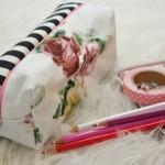 Federtasche mit Buntstiften und Malbuch als Geschenk zur Einschulung in der Schultüte.